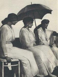 1918. La última foto tomada a Alexandra Feodorovna –con sus hijas Olga y Tatiana-, llevando un atuendo de blanca sencillez, en el balcón de la mansión del gobernador, Tobolsk, Siberia.