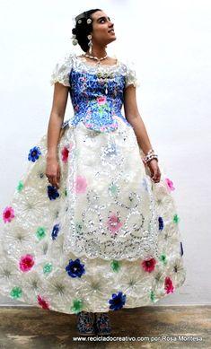 Une robe fabriquée avec des bouteilles en plastique recyclées