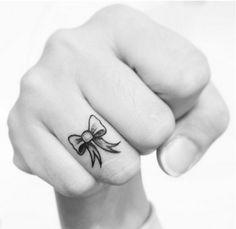25 tatuajes para los dedos que vas a querer hacerte ya - Imagen 2
