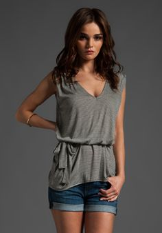 Cute grey lose fitted  top!