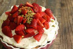 Pistaciekage med vaniljeskum og jordbær