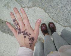 Maybe as a Henna tattoo? Mini Tattoos, Cute Hand Tattoos, Cute Tattoos For Women, Hand Tats, Finger Tattoos, Love Tattoos, Beautiful Tattoos, Body Art Tattoos, Small Tattoos