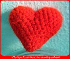 Dato che San Valentino si avvicina, ho pensato di postare le istruzioni per confezionare un cicciosissimo cuore all'uncinetto; fondamentalm...