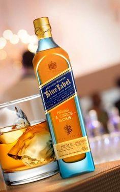 Dica de presente para os queridos padrinhos: garrafas personalizadas do whiskey Johnnie Walker Blue Label!