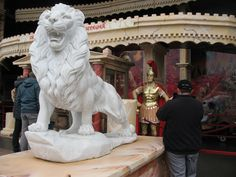 Hier wird einem eine antike Abenteuer-Tour versprochen ... mit imposanten Figuren vor den Toren ...