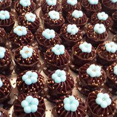 Ganache de Especiarias Valentines Day Chocolates, Fancy Cookies, Chocolate Packaging, Chocolate Cups, Little Cakes, Lemon Bars, Mini Desserts, Baby Birthday, Macaroons
