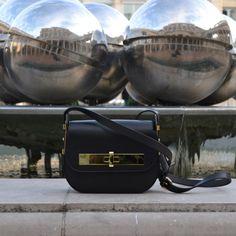 Petit #sac Amédée noir dans le jardin du #palaisroyal  #bag #fashion #paris