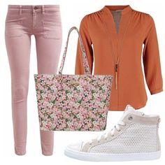 Pronta per lo shopping di primavera? Iniziamo subito, jeans slim fit in rosa blush, camicetta scollo a V, sneakers alte e shopping bag in fantasia floreale comoda e capiente.