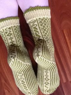 Ravelry: Beanpole pattern by Hypercycloid Designs Crazy Socks, Cool Socks, Awesome Socks, Knitting Patterns Free, Knit Patterns, Free Pattern, Knitted Slippers, Knitted Hats, Knit Stockings