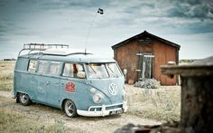 VW Split Window - a true classic for the explorer in all of us. Vw T1 Camper, Vw Caravan, Volkswagen Bus, Volkswagen Transporter, My Dream Car, Dream Cars, Combi Vw, Vw Vintage, Busse