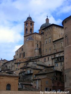 After entering the city wall of Urbino, you will slow down to savor the spirit of history that haunts the 600 years old buildings.