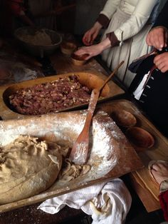 Medieval Cookery: Making meat pies at Ronneburg Castle kitchen (100 Jahre 14tes Jahrhundert -event)