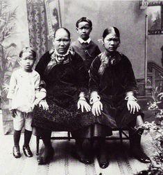 Kong Nie Tong Sang. Uit: Onze West in Beeld en Woord. Fred. Oudschans Dentz en Herm. J. Jacobs. Amsterdam: J.H. de Bussy, 1929. _____________ De affaire Lijkwan (Lai-Koon of Laij-Koon)Een bizarre g…