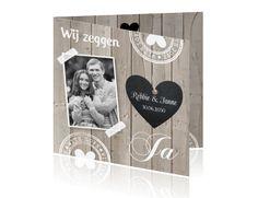 Stoere en originele trouwkaart met steigerhout, krijtbord hartje en eigen foto.