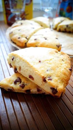 Je vous propose aujourd'hui une recette anglosaxone the Scones au pépites de chocolat , c'est est un petit pain britannique, ou cake lorsque la recette inclut du sucre, d'origine écossaise. Les scones sont particulièrement populaires aux États-Unis, au Canada et au Royaume-Uni, ainsi qu'en Australie, Nouvelle-Zélande
