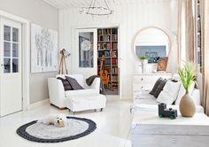 Olohuoneen seinällä on Raimon maalaus. Pyöreä matto ja tyynynpäällinen ovat Irenen virkkaamia. Vanha sohva uudistettiin Ikean sohvanpäällisellä. Harmaat tyynyt ovat Ahvenanmaalta City Blommor -liikkeestä. Kattokruunu on Loviisan Aitasta. Kirpputorilta ostettu lipasto on maalattu valkoiseksi. Pyöreä peili ja nojatuoli on hankittu Ikeasta. Ikonitaulu on matkamuisto häämatkalta Jugoslaviasta. Etualalla Irenen mummilta saadun puuarkun päällä on Rasmuksen lapsena tekemä juna-kynäteline…