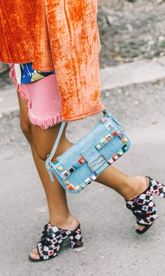 Valentino y Chanel desfilan y las calles de París se llenan de bolsos locos, vestidos súper femeninos y zapatos de ensueño. Comienza el show