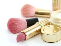 Colorete rosa para vuestro pómulos y pinta labios rosa a conjunto. Precio: 12,00 €