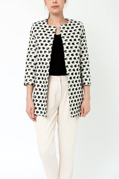 Looking for some true eye candy to style up your spring wardrobe? This white coat in an all-over black and gold graphic print is just perfect for you! It features a round neckline, and open front, 3/4 sleeves, a lining and two side pockets. From Sienna With Love.