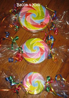 Candy Party – Making the decorations… – Bacon & Kids Candy decorations were harder to find than I thought they would be so I decided to make them. (For Pictures and more details about the actual party see my post Kindergarten Graduation Candy Party. Candy Land Christmas, Whoville Christmas, Candy Christmas Decorations, Christmas Tree Themes, Christmas Crafts, Lollipop Decorations, Xmas, Christmas Things, Christmas Christmas