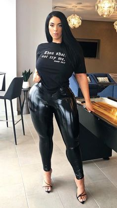 Cute Lounge Outfits, Shiny Leggings, Curvy Girl Fashion, Women's Fashion, Curvy Outfits, Perfect Woman, Sexy Hot Girls, Jeans Style, Cool Girl