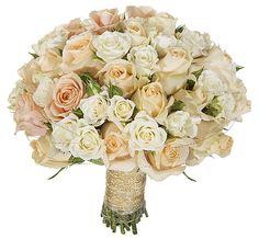 Mestergrønn. En nydelig bundet brudebukett med lyse roser. Den vil bli laget med sesongens hvite og ferskenfargede roser med passende tilbehør. Knapphullsblomst er ikke inkludert og må bestilles ved siden av. Brudebinderi må bestilles minimum en uke i forkant.