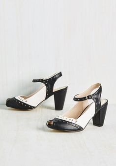 Vintage style heels in black and white saddle oxford style. Peep toes shoes. 1940s 1950s inspired.