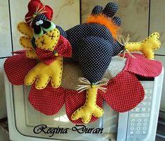 Resultado de imagem para enfeite de mesa de cozinha com galinha de patchwork Craft Stick Crafts, Felt Crafts, Fabric Crafts, Diy And Crafts, Kitchen Hot Pads, Craft Projects, Projects To Try, Diy Y Manualidades, Potholder Patterns