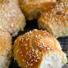 Ekstra enkle eltefrie rundstykker Bread Baking, Love Food, Hamburger, Food And Drink, Rolls, Recipes, Bread Making, Hamburgers, Bread Rolls