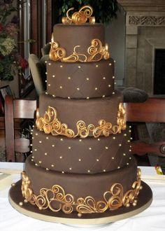 Minha entrada em um Concurso Chocolate bolo de casamento.  Fondant de chocolate com pasta americana de chocolate arabescos.  Eu pintei os arabescos com pó brilho.