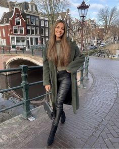 La imagen puede contener: 1 persona, calzado y exterior 70s Fashion, London Fashion, Fashion Models, Fashion Beauty, Winter Fashion, Olive Green Outfit, Amsterdam Pictures, Look Good Feel Good, Winter Looks