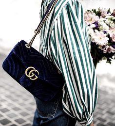 Décliné en velours bleu nuit, ce sac Gucci booste indéniablement sa côte de désirabilité (photo Dressingleeloo)
