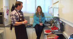 Presentador, periodista multimedia y amante de su tierra, Jota Abril nos invita a su casa para cocinarnos unos de los platos más típicos del sur de España. Puedes ver el vídeo aquí: https://www.youtube.com/watch?v=ZfXh40F9V1o