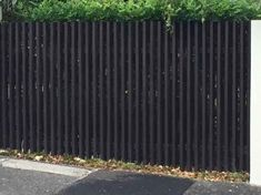 Inexpensive Black Fence Ideas For Garden Design - Zaun Ideen Front Yard Fence, Farm Fence, Backyard Fences, Fence Gate, Horse Fence, Driveway Gate, Pool Fence, Garden Fences, Rustic Fence