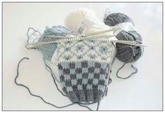 Nok ei Wiolakofte på pinnane Fair Isle Knitting, Fingerless Gloves, Arm Warmers, Knitting Patterns, Socks, Crochet, Sweaters, Color, Design