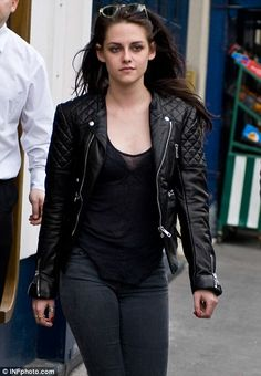 Kristen Stewart wearing a leather jacket (shop your perfect leather garments at www. Naomi Scott, Stella Maxwell, Bella Swan, Kirsten Stewart Style, Kristen Stewart Hair, Chica Cool, Estilo Rock, Her Style, Nice Dresses