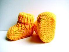 Chaussons bébé oranges en acrylique : Mode Bébé par creations-fait-main-divers