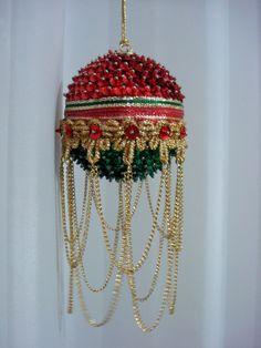 Pingente natalino confeccionado com bola de isopor e alfinetes, adornado com lantejoulas, cristais, <br>pedrarias, fitas e correntes.