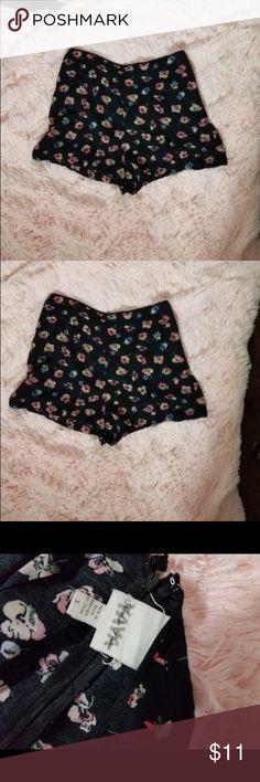 Yaya Size Small Floral Patterned Black Shorts Waist-28.  Inseam-11.  Rise-7.  Length-20.  Inv-J yaya Shorts