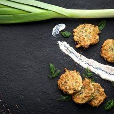 Πρασοτηγανίτες με πατάτες και μυρωδικά / Savory pancakes with leeks and potatoes. Πεντανόστιμο και εντυπωσιακό ορεκτικό με πατάτα και πράσο! #greekfood #greekrecipes #greekfoodrecipes #leeks #potatoes #potato #potatopancakes #savorypancakes #savory #pancakes #pancakerecipe #pancakeart #pancakelove #sintagespareas #συνταγές #ελληνικα Grill Pan, Cauliflower, Side Dishes, Grilling, Vegetables, Food, Griddle Pan, Cauliflowers, Crickets