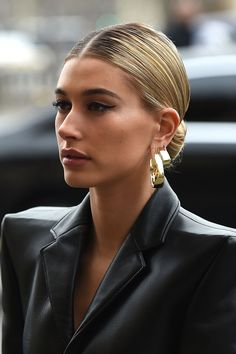 11 Celebrity Transformations That Prove The Power Of Eyeliner Estilo Hailey Baldwin, Hailey Baldwin Style, Gold Eyeliner, No Eyeliner Makeup, Hair Makeup, Hair Inspo, Hair Inspiration, Braut Make-up, Jolie Photo