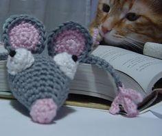 Después de tanta fiebre ratonil, no me he podido resistir y aquí está mi ratoncito marcapáginas. Es muy fácil de hacer y en unas ...
