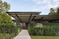Balancing Togetherness and Privacy: The Bellaire Residence - Mid Century Home Mid Century Ranch, Mid Century House, Outdoor Spaces, Outdoor Living, Lake Flato, Contemporary Style Homes, Modern Homes, Landscape Architecture Design, Modern Buildings
