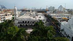 Panorama del Zócalo de Veracruz,  al fondo Astilleros, en una esplendorosa mañana.