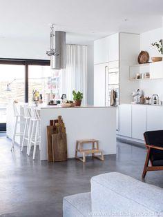 Prachtige betonvloer in een frisse, lichte keuken.