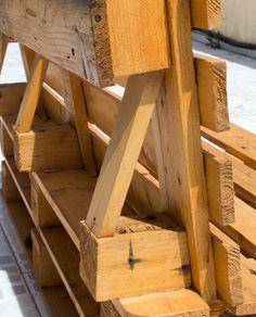 Hoje venho mostrar a minha técnica para fixar o encosto de um sofá de paletes de madeira.
