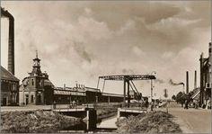 Een zonnige dag begin jaren 30. twee ijsco karren en een stoffen- en bloemenkraam aan de Wierdensestraat ter hoogte van het kantongerecht. En de sigarenkiosk van de heer Lucassen.
