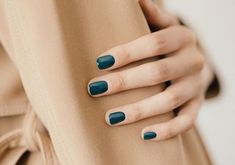 Give style to your nails with the help of nail art designs. Used by fashionable celebs, these kinds of nail designs will incorporate immediate elegance to your outfit. Dark Nails, Blue Nails, Dark Green Nails, Emerald Nails, Matte Nails, Fall Nail Colors, Nail Polish Colors, Hair Colors, Nagellack Trends
