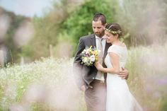 Holz, Distel und andere Wiesenblumen. Das war das Motto der wunderschönen Hochzeit von Stefanie und Michael im Süd-Burgenland. Alles wurde im Einklang mit der Natur gestaltet.