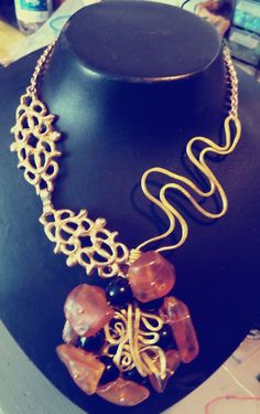 Collana realizzata con ambra, onice nero ed ottone martellato. By NiNa